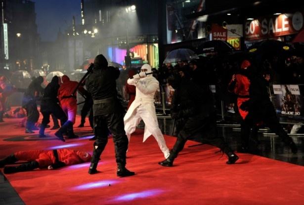 赤や白や黒の衣装を身にまとった忍者部隊による殺陣のスタントが繰り広げられた