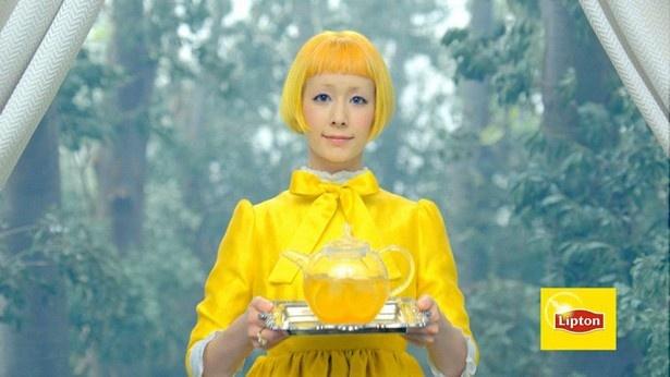 """髪型から衣装まで全身""""リプトンカラー""""の木村カエラが「不思議の国のアリス」の世界に登場"""