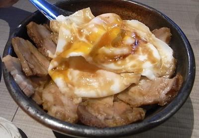 半熟目玉焼きに甘辛い焼豚が絶妙な今治のご当地グルメ「焼豚たまご飯」680円