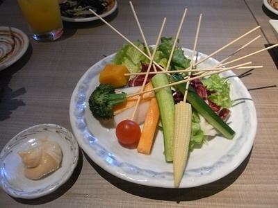 野菜サラダも串にさしてあるので手軽にディップにつけて