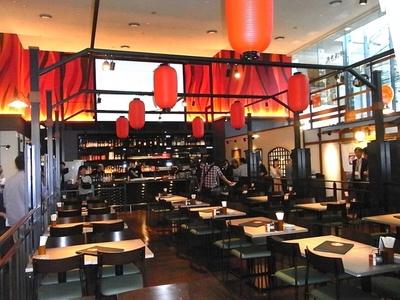赤提灯の雰囲気がいい吹き抜けで天井の高い開放的な空間