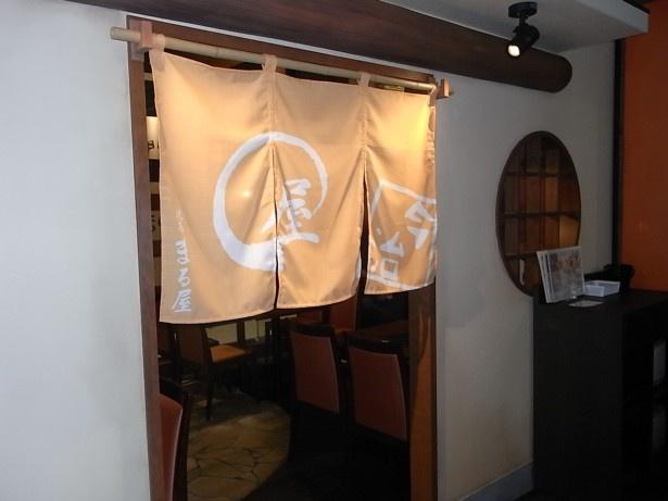 各店舗の暖簾がかかった個室も数カ所用意