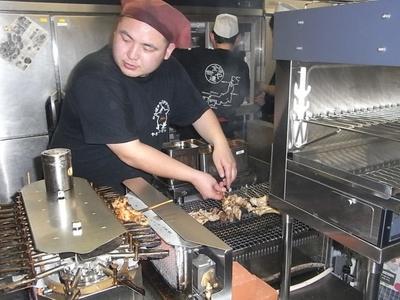 厨房ではご当地やきとりの味を守り調理している