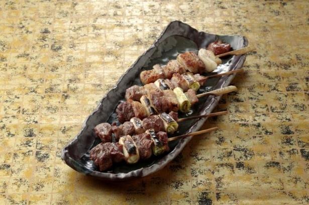 豚のカシラ肉などをピリ辛の味噌ダレで味わう「東松山セット」(5本)980円