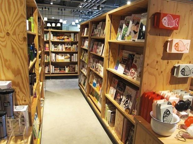 【写真を見る】購入前の本を読みながらお茶ができる「マルノウチリーディングスタイル」