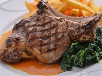 NYスタイルのボリュームあるグリル料理も注文できる「フィオーレ」