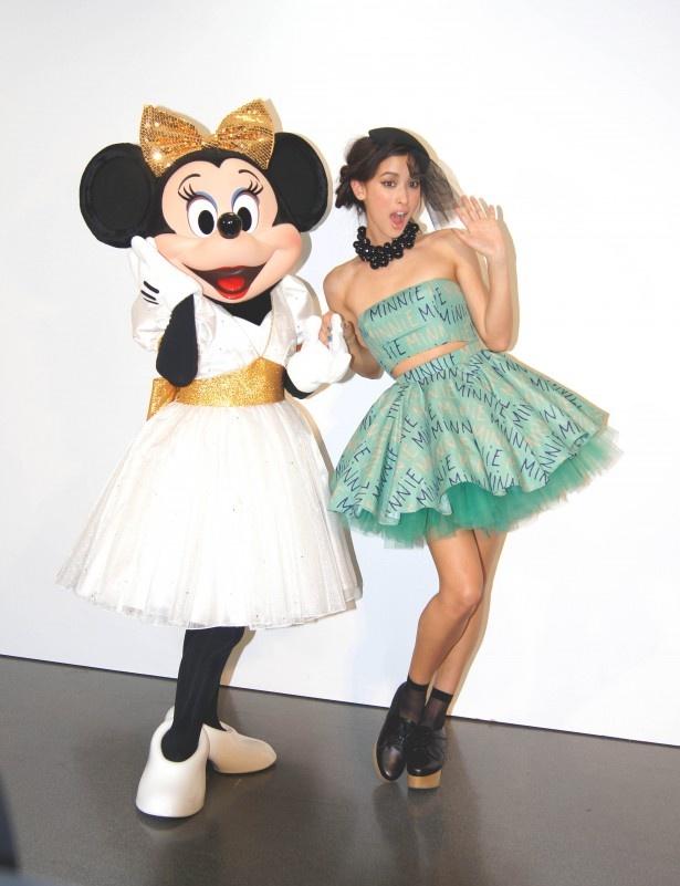ミニーマウスと一緒にポーズを決める