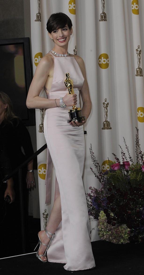 【写真を見る】映画賞受賞スピーチやドレス騒動で嫌われてしまったアン・ハサウェイ
