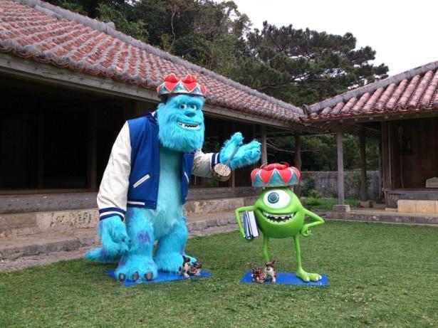 沖縄を代表するシーサーと記念撮影。シーサーの小ささがサリーとマイクの巨大さを物語る