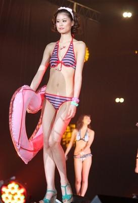 「GirlsAward 2013 SPRING/SUMMER」ファッションショーで披露された最新水着