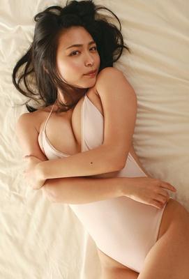 【写真を見る】柔らか美乳のセクシーボディ!大人の色気を増した川村ゆきえを存分に見せます