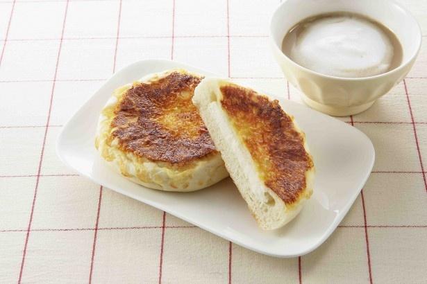 カマンベールが入った焼きチーズパン(105円)。4月2日発売