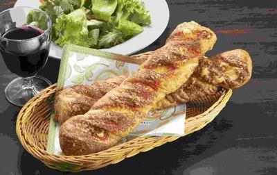 パルメザンで仕上げた焼きチーズデニッシュ(105円)。4月2日発売