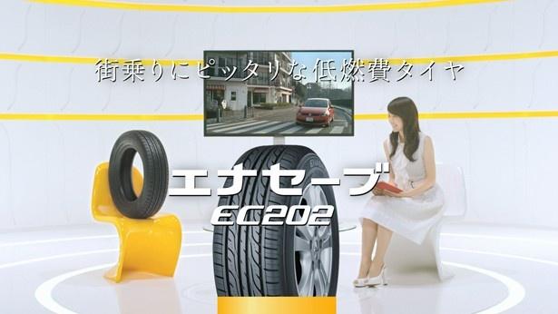 各タイヤのユーザーに扮(ふん)した登場人物が、平井のインタビューに応じる