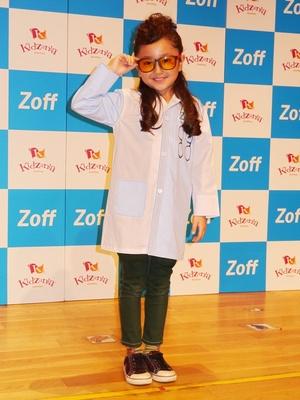 Zoff「メガネショップ」パビリオンの記念すべき職業体験第1号として登場した人気子役の谷 花音ちゃん