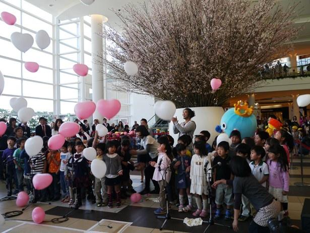 西畠清順氏ほか、地元の西宮公同幼稚園の園児約60名と一緒に盛大に行われたオープニングセレモニー