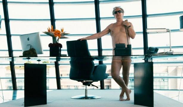 【写真を見る】オフィスでの全裸シーンがこちら!大事な場所はうまく隠れている