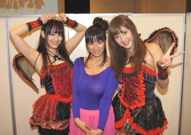 「ハニーとラップ♪」の衣装を着た西野翔(写真左)、小倉遥(写真右)とキャッツアイの春菜はな(写真中)