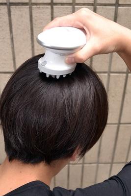 頭頂部で左右にスライドさせると、より効果的