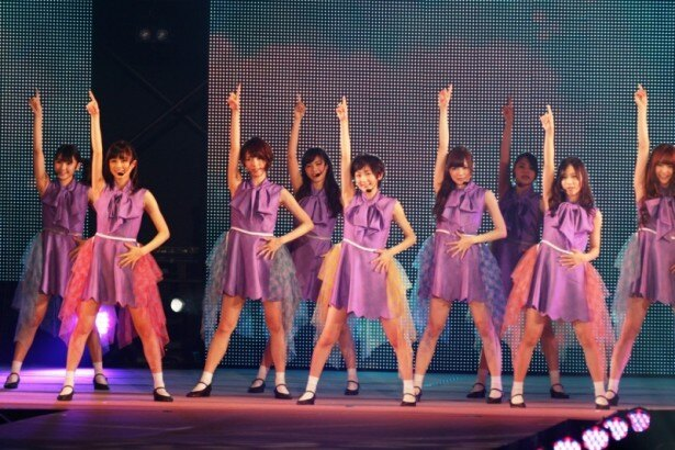 メンバーの白石麻衣と西野七瀬がモデルとしても参加した乃木坂46は新曲の「君の名は希望」など3曲を披露