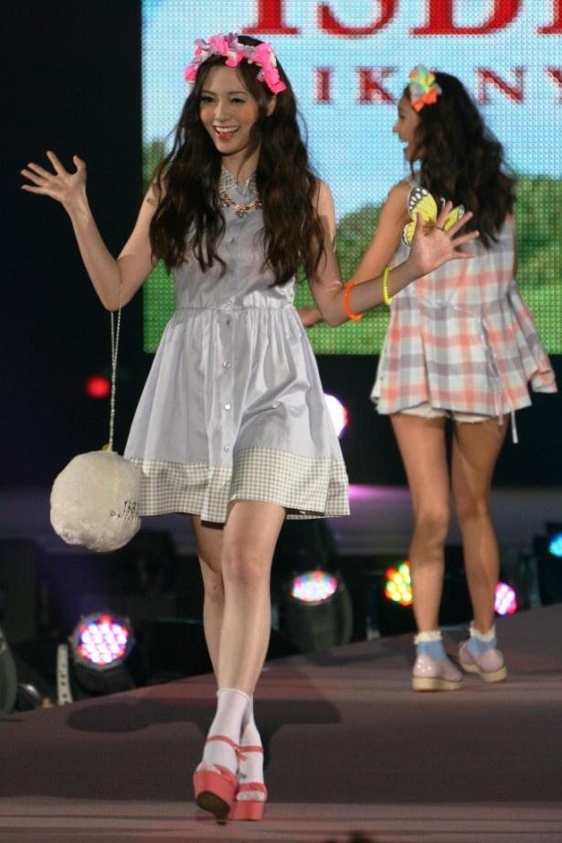 【写真】「GirlsAward」でファンに手を振りながらランウエーを歩く白石麻衣