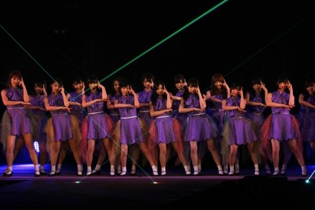 乃木坂46のライブは「制服のマネキン」からスタート