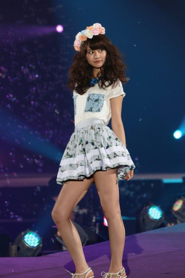 AKB48の阿部マリアもランウエーを歩く
