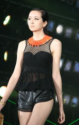 ランウェイにも蛍光ファッションが多数登場