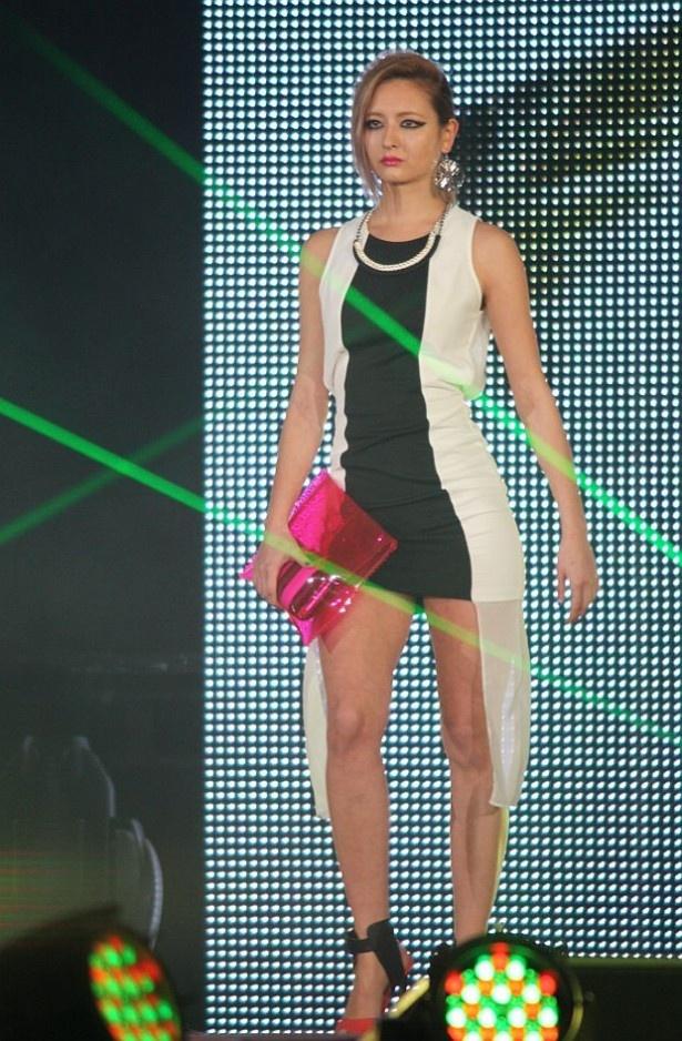 蛍光ピンクのシースルークラッチバッグはモード感満点