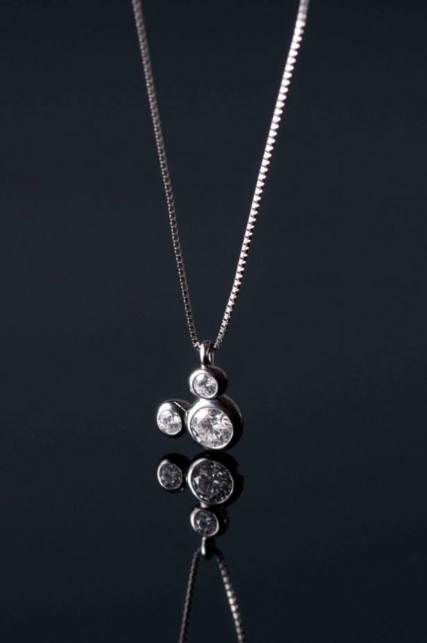 【写真を見る】ミッキーシェイプの「ダイヤモンドネックレス」(30万円)も登場!