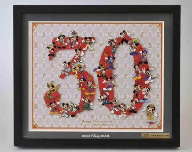 華やかなコスチューム姿のミッキーがデザインされている「30周年 スペシャルピンセット(フレーム付き)」(3万円)