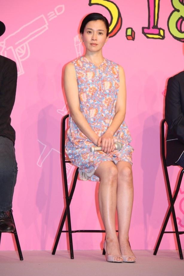 【写真をもっと見る】坂井真紀はノースリーブの春のワンピース&生足で登壇