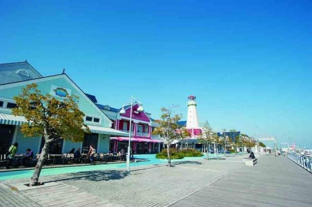 海に沿った棟はレストランやカフェが多い。買物の途中にのんびりしよう。