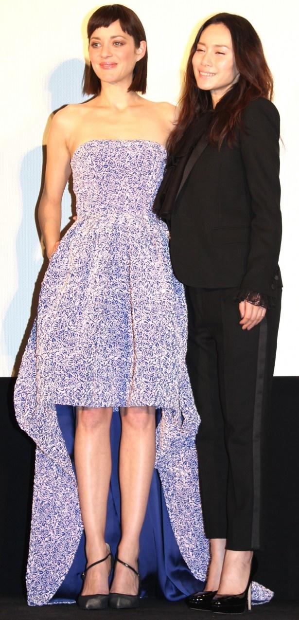 【写真を見る】マリオン・コティヤールと中谷美紀が美の競演!美しすぎるふたりの全身ショット