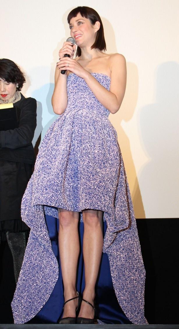 マリオン・コティヤールは肩と足を出した艶やかなドレス姿で登場