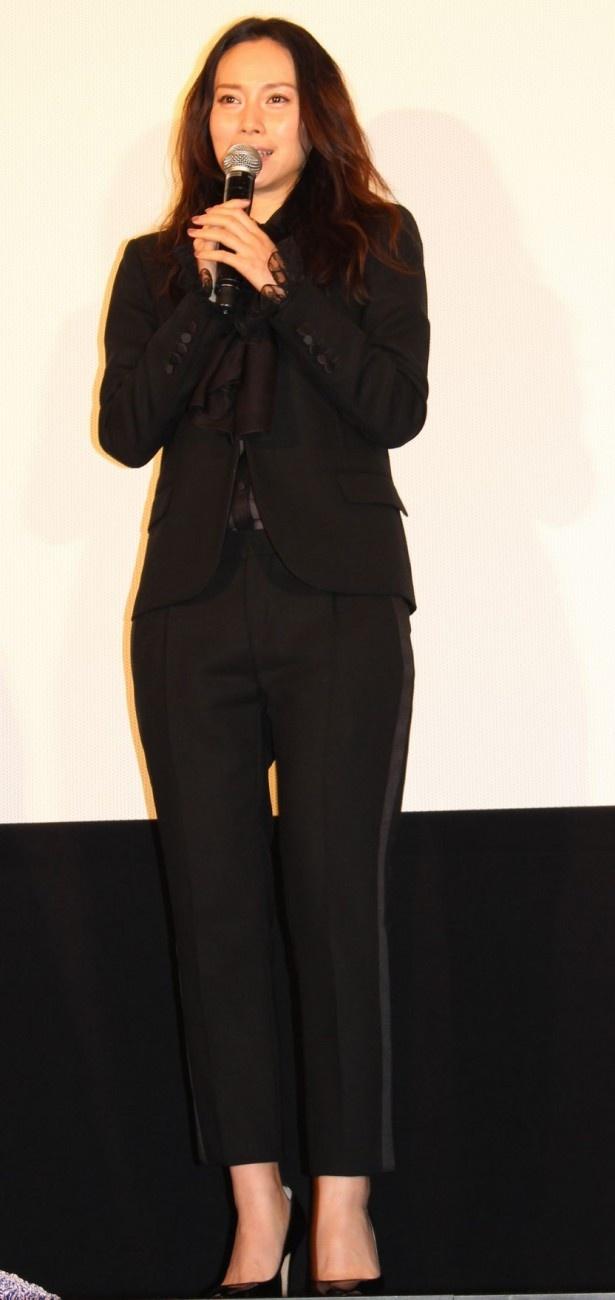 中谷美紀は黒のパンツスーツ姿で登場した