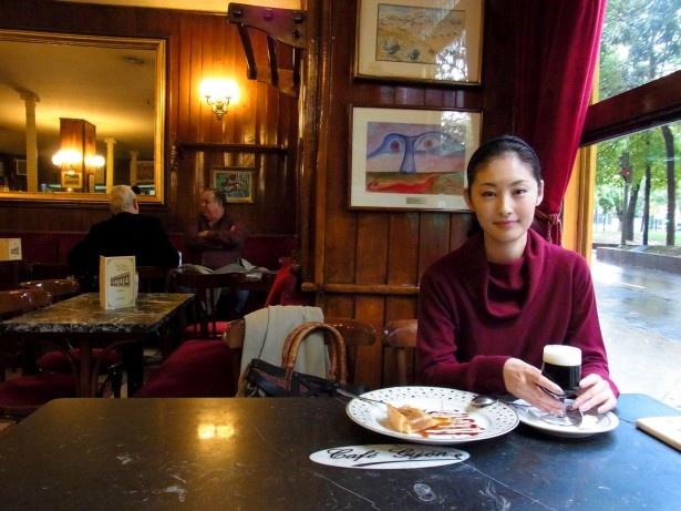 ヘミングウェイも通ったというマドリードのカフェ・ヒホンで食事を楽しむ常盤