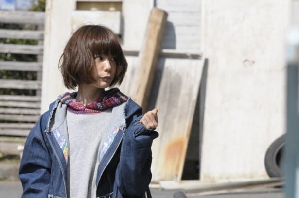 【写真を見る】YUKIそっくりなアングルの一枚。とてもよく似ている