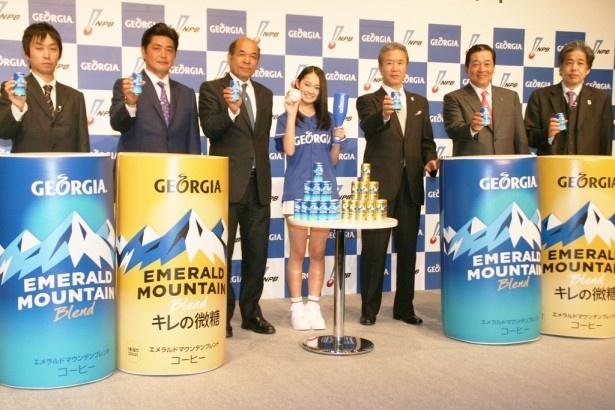 6人のプロ野球識者と共に「ジョージア魂賞」の開幕イベントに登場した国民的美少女コンテストグランプリの吉本実憂(中央)