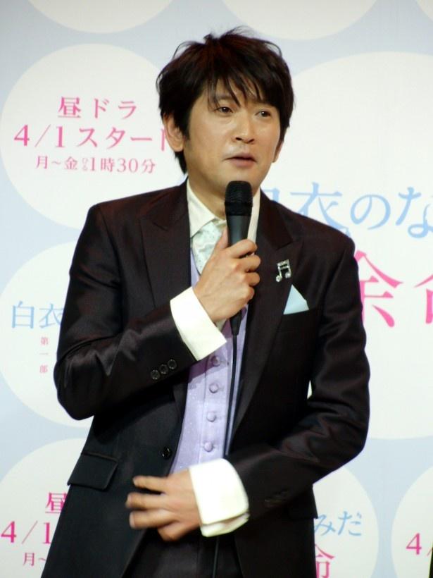 滴(水野)の良き先輩外科医・置田龍太郎を演じる長谷川は「この作品で、『いい先輩役』を定着させたい(笑)」と告白