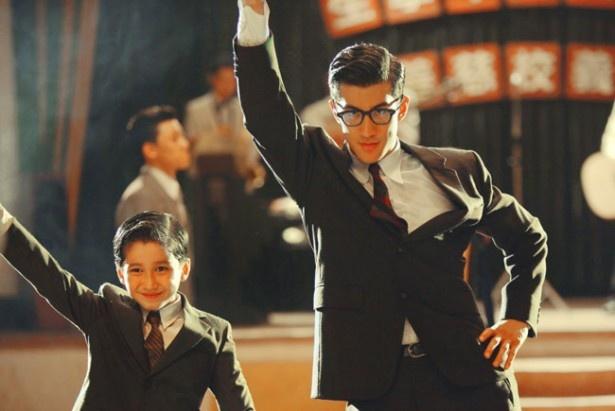 弟とぺアを組んでダンスコンテストで優勝!(『李小龍 マイブラザー』)