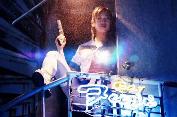 廃墟ビルで見つけた美少女フィギュアは拳銃を手に悪党を蹴散らしてしまう