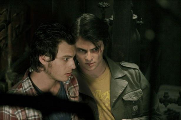 シャイロー・フェルナンデス演じるリッキー(写真右)は廃墟で驚くべき光景に遭遇する
