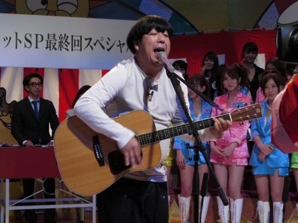 """バナナマン・日村勇紀は歌で""""卒業""""を祝う"""