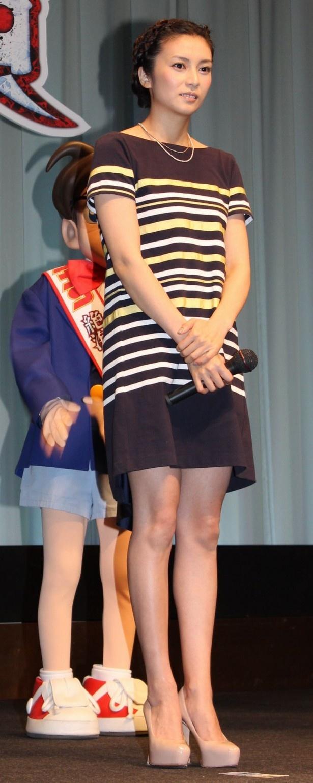 【写真を見る】柴咲コウはマリンをイメージしたキュートなミニ丈ワンピース姿で登場!