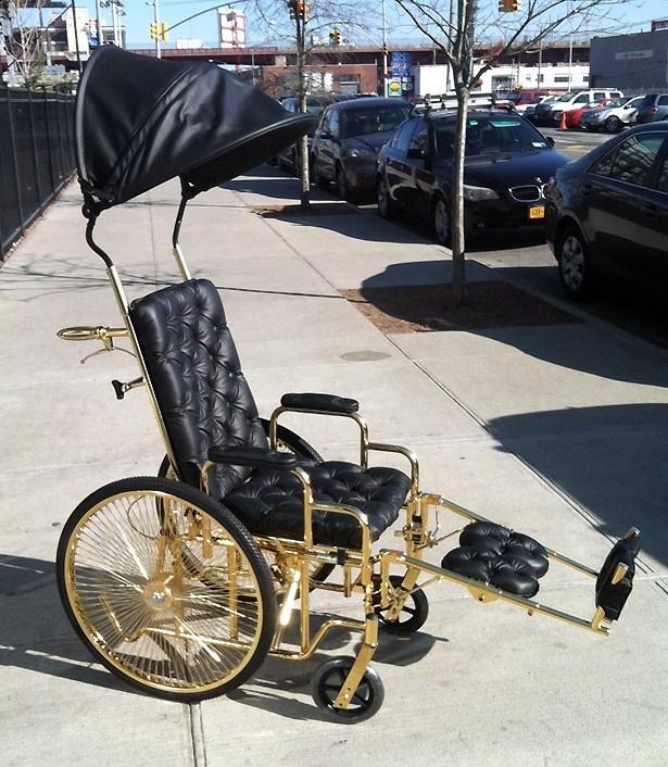 話題になった特注の金メッキの車椅子