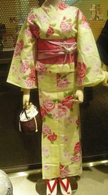 女の子らしいうすいイエローとバラの組み合わせがかわいらしい(1万8900円)