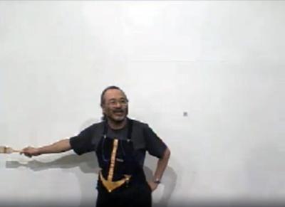 真っ白な巨大カンヴァスを前に加藤直之氏が描き始める(1日目)