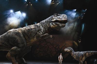【写真を見る】細部まで作り込まれた、実物大ティラノサウルスはこちら