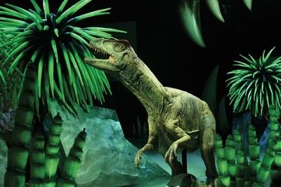 恐竜の誕生から絶滅までがストーリーに沿って描かれる